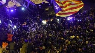 Barcellona torna in piazza: decine di migliaia contro l'ordine d'arresto per Turull e altri 4 leader nazionalisti foto