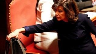 Casellati, la pasdaran di Silvio che collaborò alle 'leggi ad personam' e dal governo fece assumere la figlia nel suo ministero video