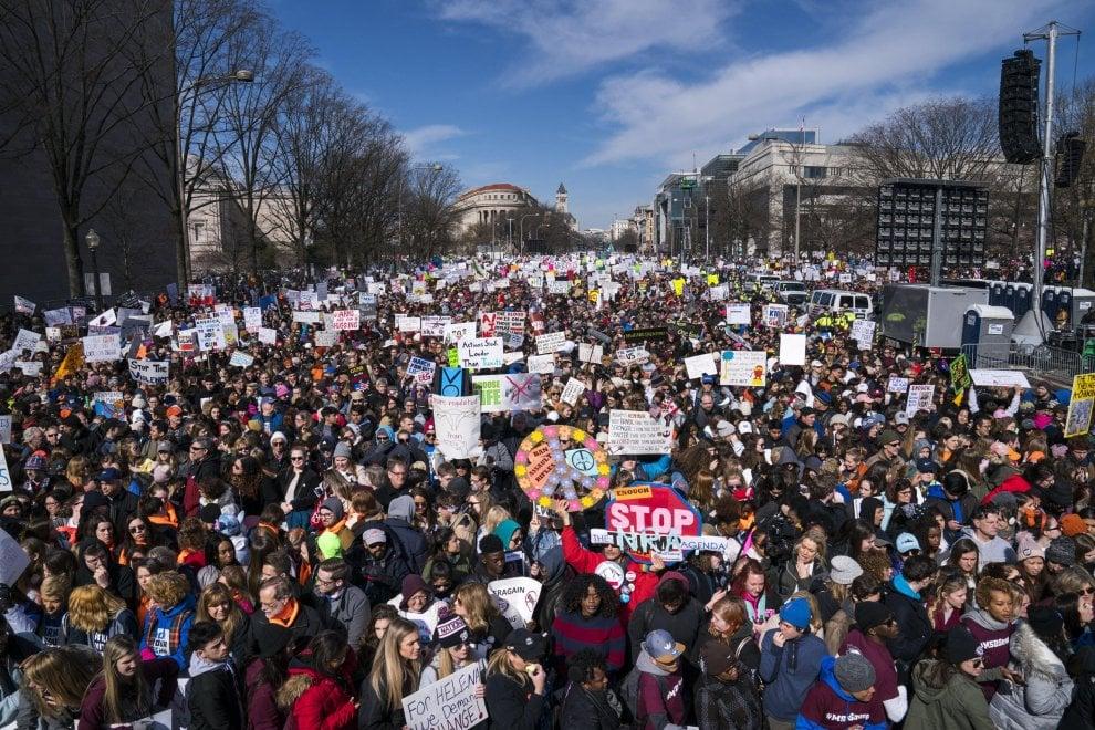 Marcia degli studenti contro le armi in 700 città Usa: Washington è invasa