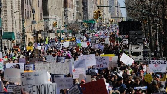 George Clooney e Amal a marcia studenti Washington