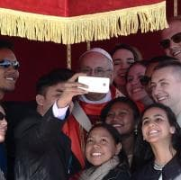 Vaticano, il Papa contro le calunnie. E ai giovani dice:
