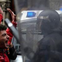 Barcellona, in migliaia sulla rambla per Puigdemont. Scontri con la polizia: decine di arresti e feriti