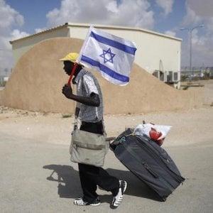 Israele, i richiedenti asilo vengono esplulsi: 3.500 dollari e un biglietto aereo a chi se ne va