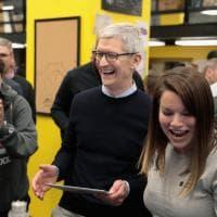 """Apple, Tim Cook a studenti e prof: """"Con la passione si possono fare grandi cose"""""""
