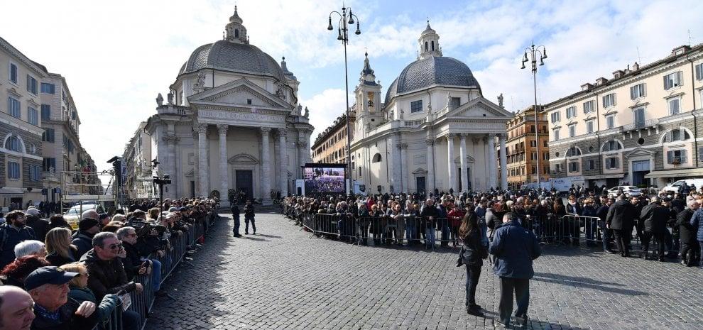 """L'addio a Fabrizio Frizzi, """"combattente col sorriso"""": applausi e commozione in piazza del Popolo"""