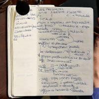 Come funziona la Camera? Giovane parlamentare M5s prende appunti in Aula