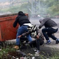 Gaza, violenti scontri lungo la barriera con Israele