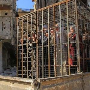 Ghouta Est, svelate le prigioni segrete dei miliziani jihadisti: donne e bambini rinchiusi in gabbie