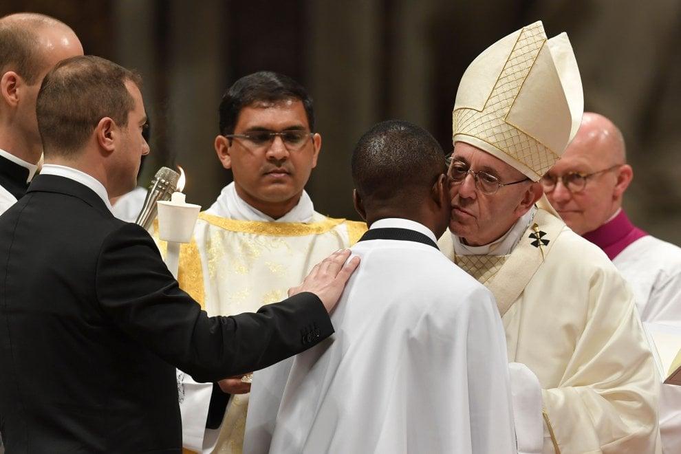 Papa Francesco battezza il migrante eroe John Ogah. Padrino è il comandante dei carabinieri