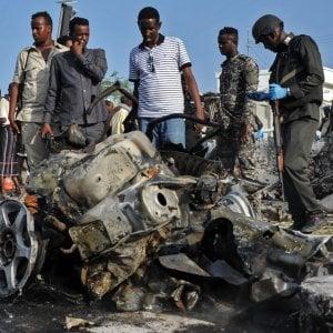 Attacco con auto esplosive e scontri a fuoco in Somalia: decine di morti