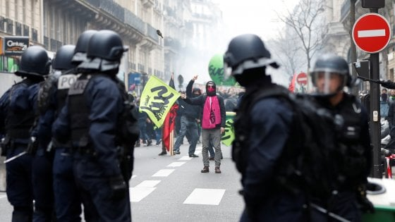 Francia, sindacati contro riforma treni di Macron. Paralisi trasporti, scontri a Parigi
