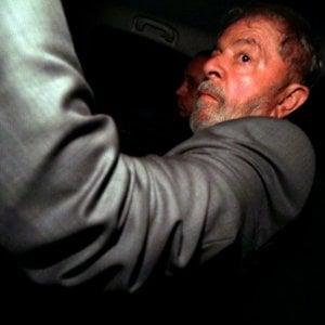 Brasile, mandato di arresto per Lula: ha 24 ore di tempo per costituirsi in carcere