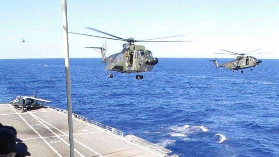 Cade in mare elicottero della Marina militare, morto uno dei cinque membri dell'equipaggio