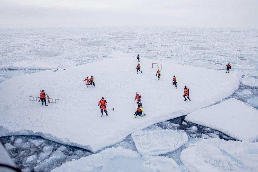 Groenlandia, la surreale partita di calcio su un blocco di ghiaccio in mezzo all'Artico