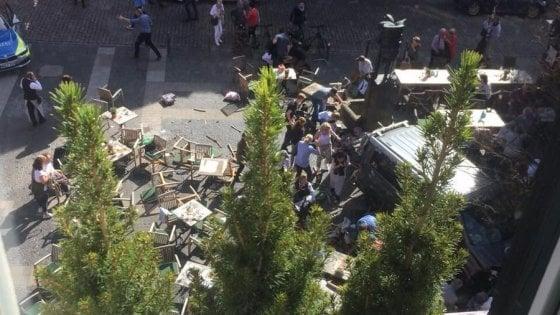Germania, furgone sulla folla a Münster: tre morti e decine di feriti. Suicida l'attentatore