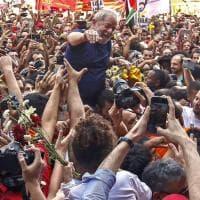 Brasile, Lula portato in trionfo. E i suoi sostenitori bloccano l'auto che lo porta in carcere