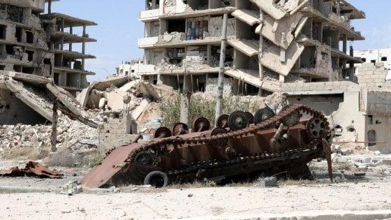 Siria, l'esercito bombarda i ribelli che accusano: