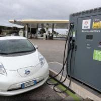 Giappone, le colonnine per le auto elettriche superano i distributori di carburante