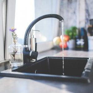 L'acqua del rubinetto è sicura. Eppure beviamo quella in bottiglia