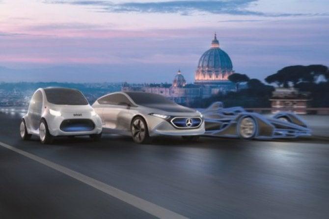 Mercedes EQ accende di blu Piazza di Spagna