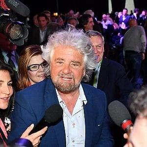 """Grillo, show a Palermo: """"Quando vedo Berlusconi al Colle impazzisco"""""""