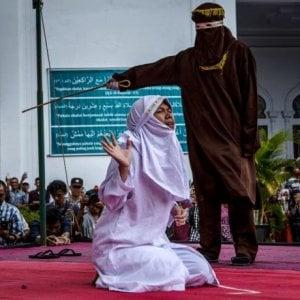 Indonesia, Aceh: stop alle fustigazioni pubbliche, solo in prigione e niente video