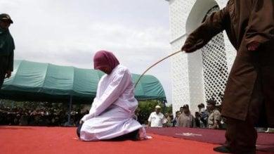 Indonesia, Aceh: stop alle fustigazioni  in pubblico, solo in prigione e niente video