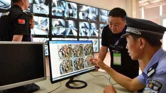Cina, l'intelligenza artificiale lo riconosce tra 50mila: così la polizia blocca un ricercato