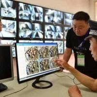 Cina, l'intelligenza artificiale lo riconosce tra 50mila: così la polizia blocca un...