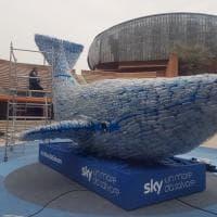 La balena Plasticus pesa 250kg, come la plastica che ogni secondo finisce in mare