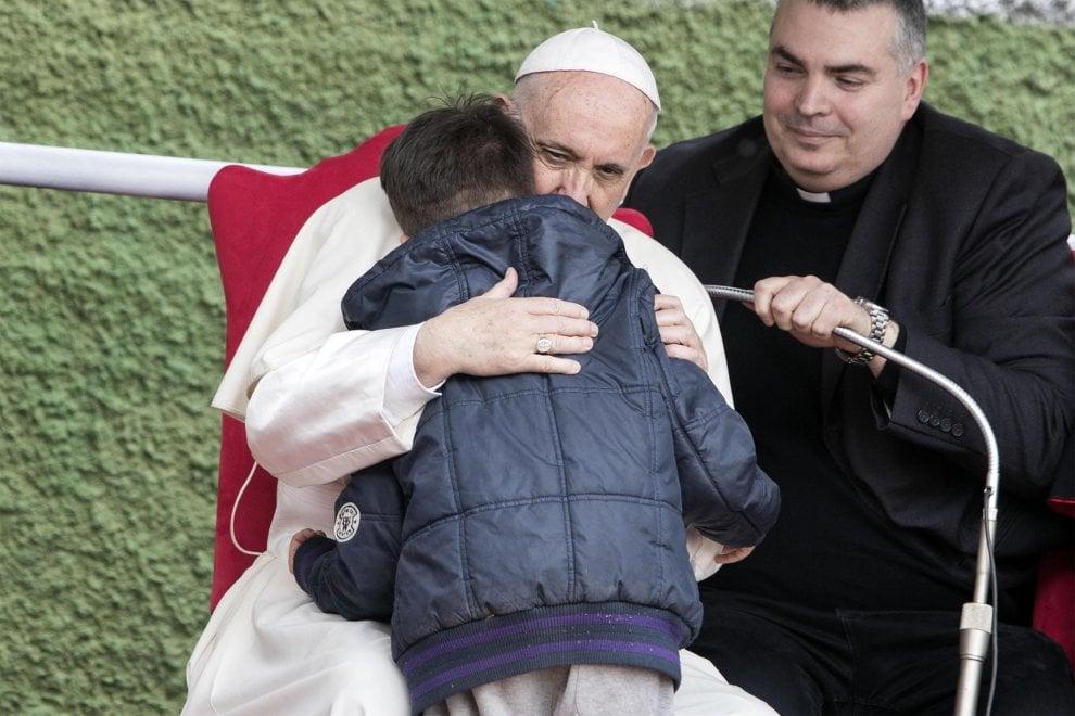 """Papa Francesco consola il bimbo in lacrime: """"Tuo papà in cielo anche se era ateo"""""""