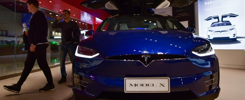 """Tesla, nuova rivoluzione di Musk: """"Troppi robot rallentano la produzione d'auto"""""""
