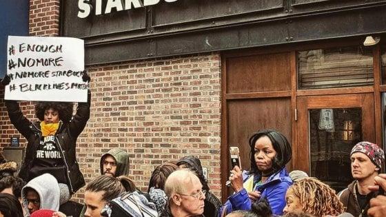 Starbucks nella bufera per l'arresto di due afroamericani