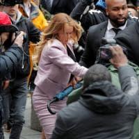 Usa, Stormy Daniels assediata dai fotografi: la porno star al suo arrivo in tribunale