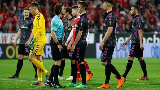 Bundesliga, rigore col Var dopo la fine del primo tempo: Friburgo richiamato dagli spogliatoi