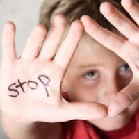 Cyberbullismo in chat: nel Veneziano tredicenne si butta dalla finestra