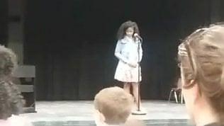 Bimba va nel panico sul palco: il gesto commovente della madre