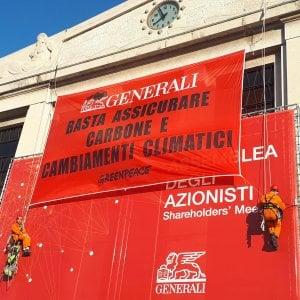 Generali, blitz di Greenpeace all'assemblea. Donnet: Con nuovo piano scriveremo storia di successo