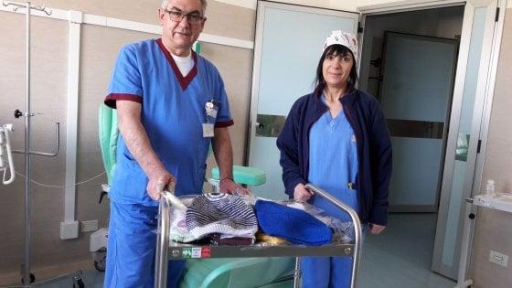 """Dalle """"ricamatrici"""" di Oristano cuffie lavorate a mano in dono alle pazienti in chemioterapia"""