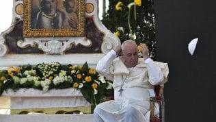 20 mila con Francesco su tomba di don Bello, profeta degli ultimiAppello ai potenti per la pace