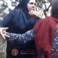 Iran, indossa un hijab sciolto e viene schiaffeggiata da una  poliziotta