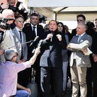 """Berlusconi: """"I 5Stelle? Li manderei a pulire i cessi"""". Salvini: """"Chi guarda sinistra si..."""