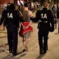 """Parigi, la polizia irrompe nella notte e sgombera l'università occupata. """"Grave uno..."""