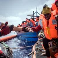 Migranti si buttano in mare al grido di