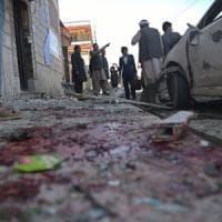 Attentato kamikaze a Kabul fa decine di vittime: l'Isis rivendica