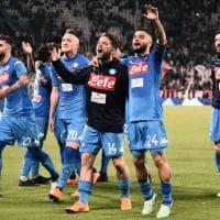 809c4d2075 Il Napoli batte la Juventus: la festa dei giocatori e dei tifosi azzurri  allo Stadium - Repubblica.it