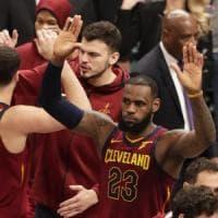 Basket, playoff Nba: James tiene in corsa Cleveland, prima gioia per Messina a San Antonio