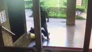 Milano, anziano preso a pugni in faccia per rapina: è in coma. L'aggressore ripreso dalle telecamere