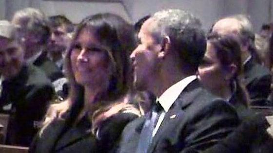 """Usa, Obama fa sorridere Melania Trump ai funerali di Barbara Bush. Su Twitter scatenati: """"Mai vista così felice"""""""
