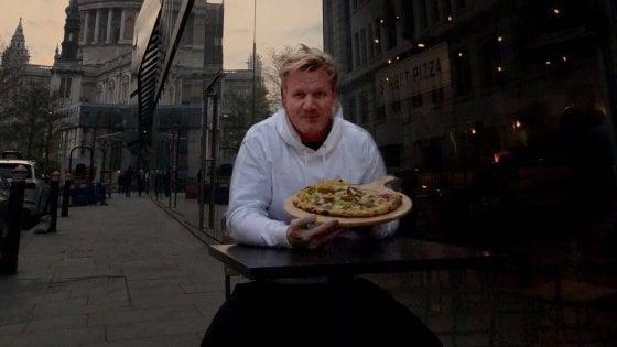"""Gordon Ramsay """"dà una possibilità"""" alla pizza vegana, e scoppia la pace con gli animalisti"""
